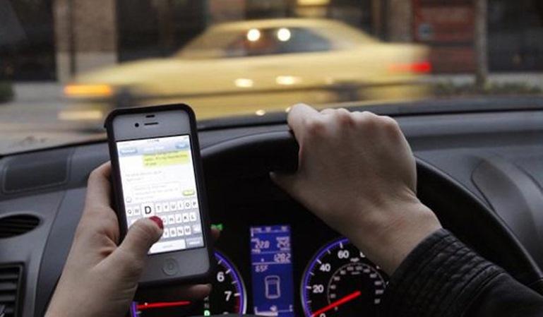 4 de cada 10 conductores usa el móvil al volante
