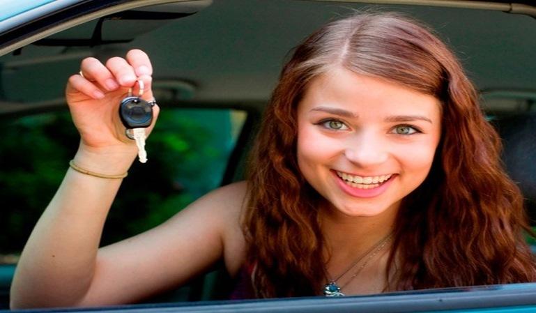 Conductores jóvenes: conducen mejor ellas.