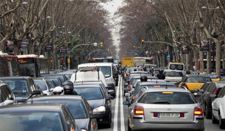 Barcelona prohibirá circular a los vehículos antiguos