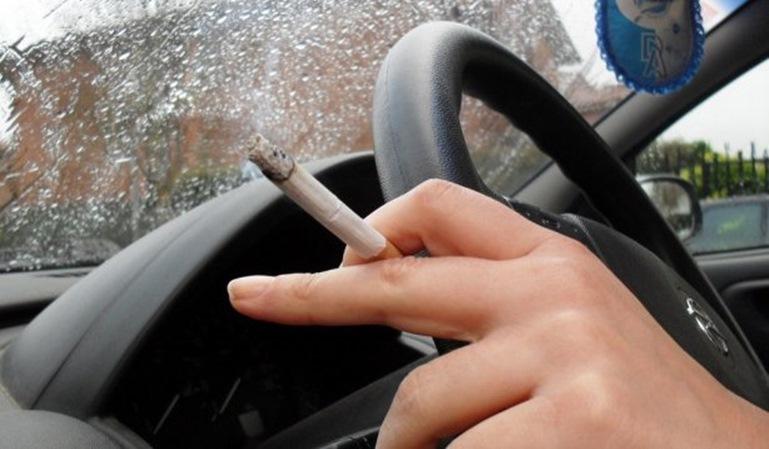 ¿Me pueden multar por fumar conduciendo?
