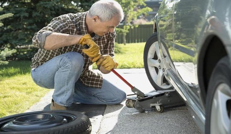 ¿Sabes cómo cambiar una rueda?