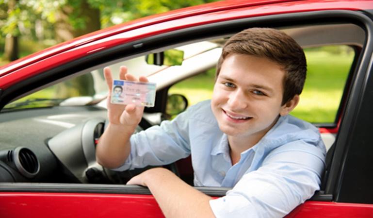 Conductor novel y el seguro del coche