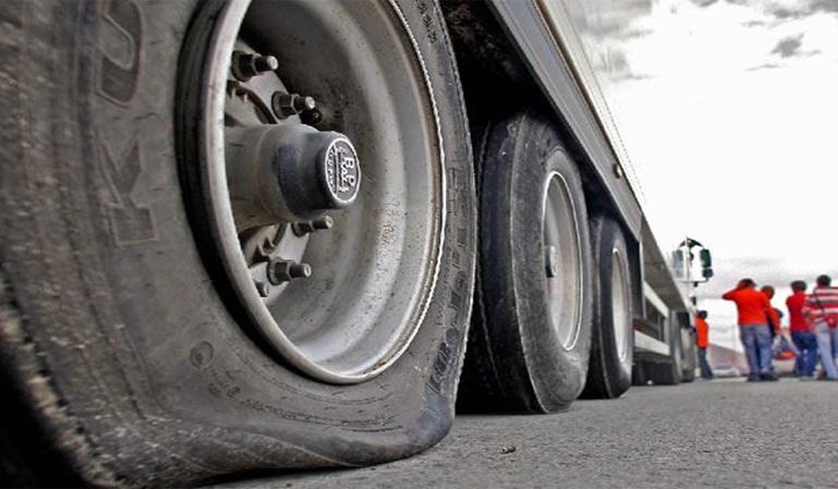 Un mosso d'esquadra detenido por pinchar las ruedas a 50 camiones