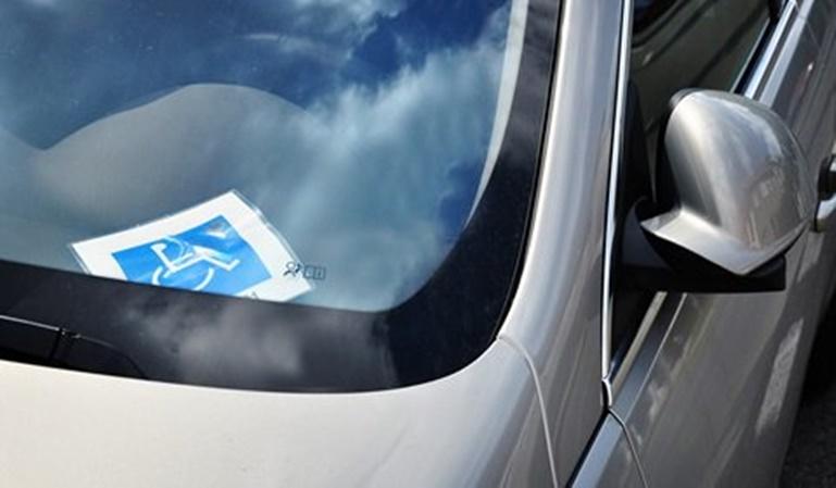 Juzgada por llevar una fotocopia de la tarjeta de aparcamiento de minusválidos