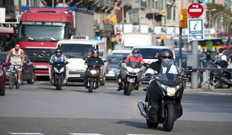 En Barcelona la grúa se llevará la motos mal aparcadas