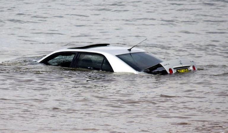 Qué hacer si tu coche cae al agua