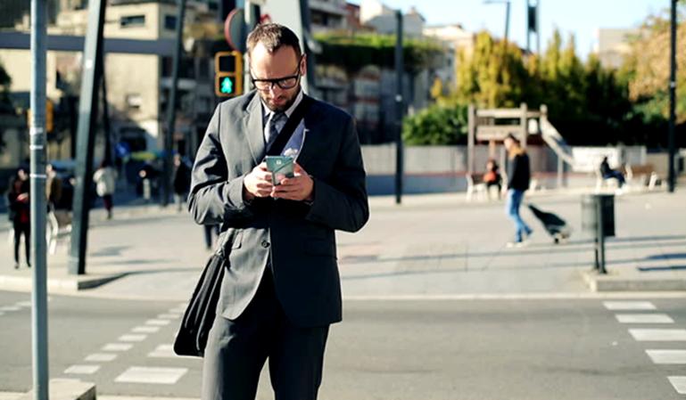 Multas a los peatones distraídos con el móvil