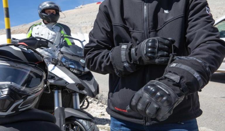 La DGT plantea el uso obligatorio de guantes para los motoristas