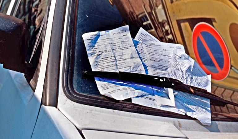 Tener el coche parado o aparcado puede costarnos una multa
