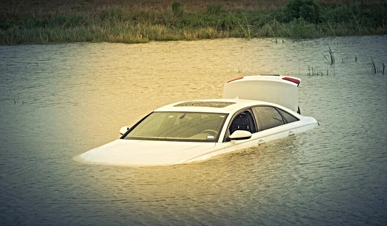 Cómo actuar en caso de caer al agua con tu vehículo