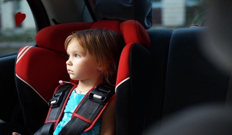 Ni un niño en un coche al sol
