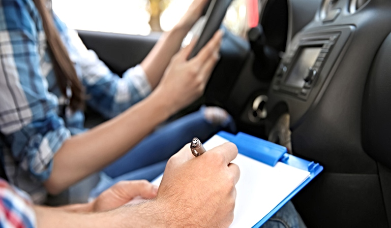 La DGT permite el uso de ciertos ADAS en el examen de conducir