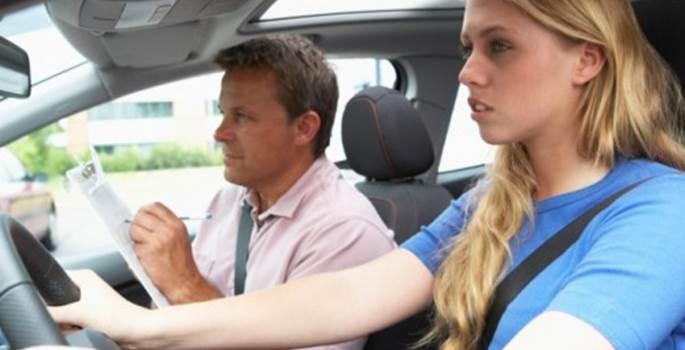 La moda que crece de los sustitutos para hacer el examen de conducir