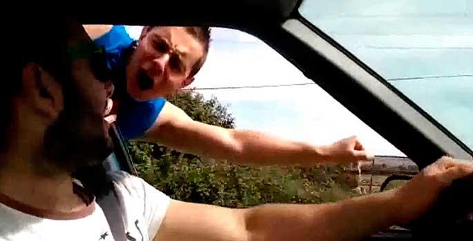 Las multas y riesgo de hacer el 'Superman' en coche