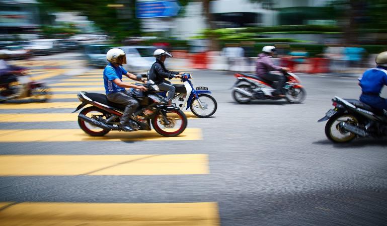 ¿Cómo será la nueva pegatina que llevarán las motos?