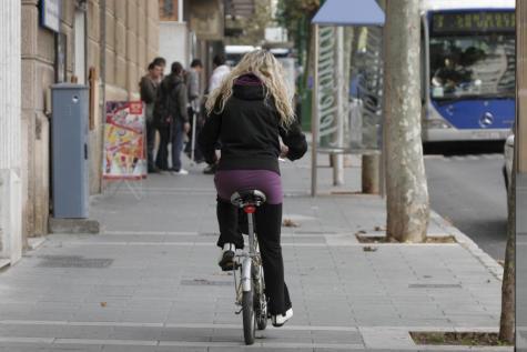 Tráfico impondrá multas a los ciclistas y usuarios de monopatín que vayan por las aceras