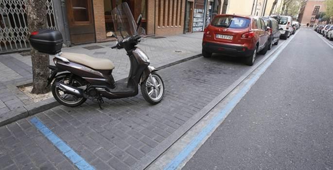 Las multas por aparcar motos en aceras de las ciudades