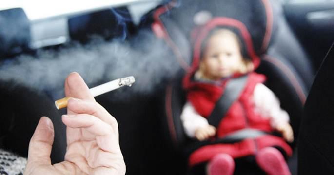 Reino Unido ataca con multas a los que fumen con niños en el coche