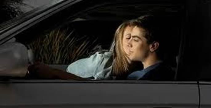 Tráfico multa a una conductora por recibir un beso en su coche